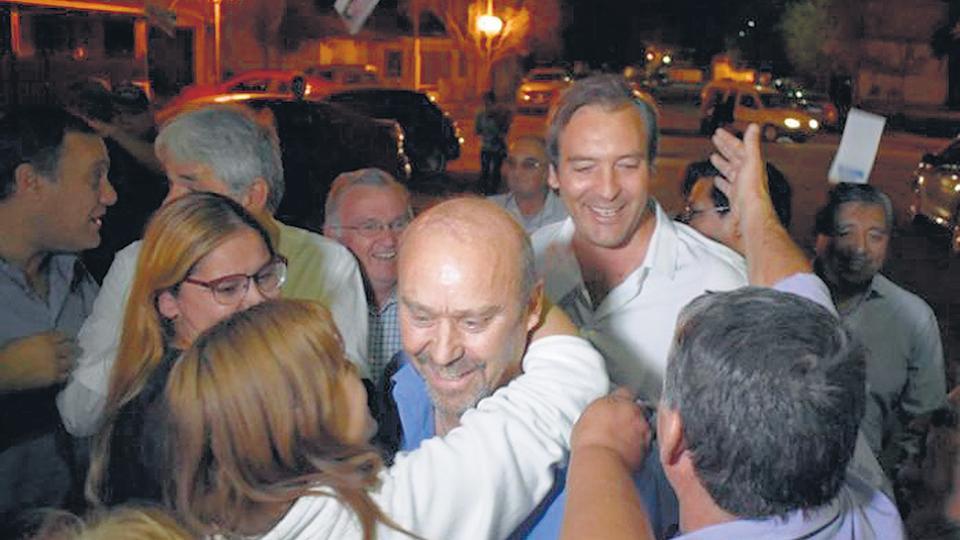 El electo intendente Carlos Vazzana y Martín Soria, durante los festejos el domingo en Villa Regina.