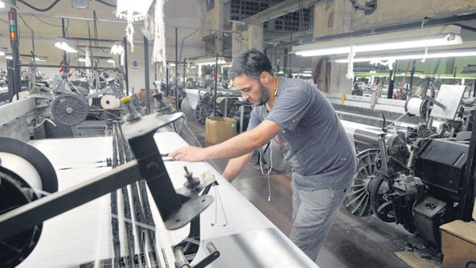 La destrucción de empleo industrial es consecuencia del proceso de apertura, sostienen los especialistas.