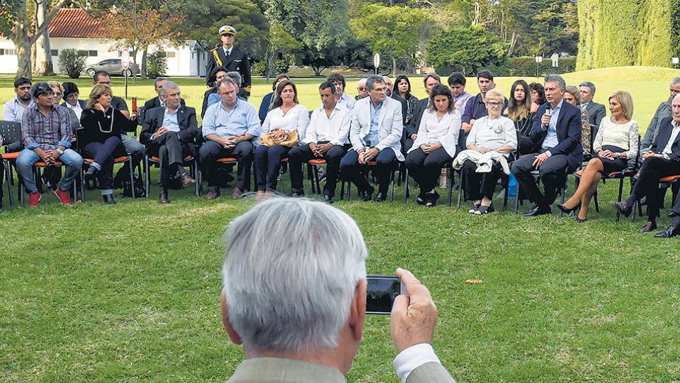 Mauricio Macri recibió a los familiares de ex combatientes en los jardines de Olivos.