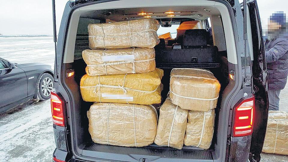 Las valijas fueron cargadas con harina para hacer el seguimiento.