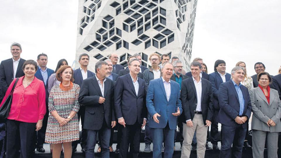 El grupo de legisladores y dirigentes posó junto con el gobernador Schiaretti.