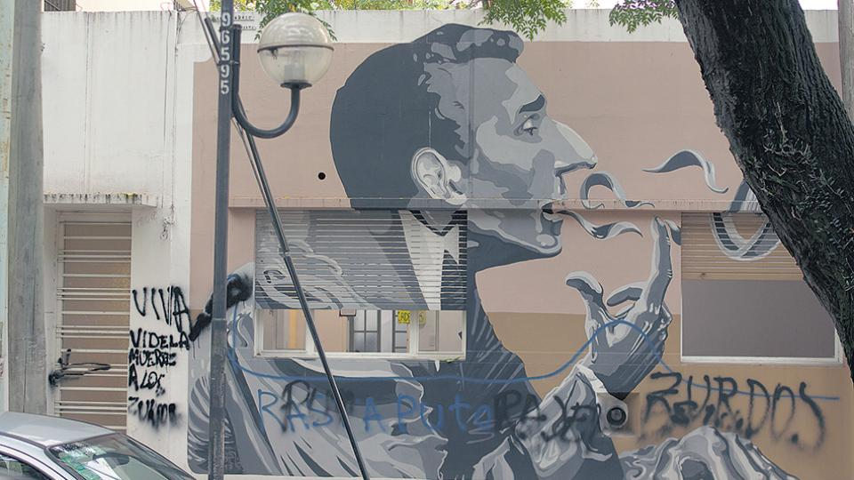 """El mural de Discépolo manchado con un graffiti en el que dice """"rajen zurdos""""."""