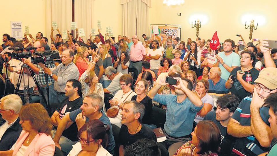La votación en el Concejo Deliberante de Gualeguaychú contó con una presencia nutrida de vecinos.