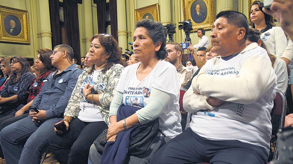 Los familiares denuncian que el Gobierno busca demorar para llegar al plazo en que legalmente se considera perdido el ARA.