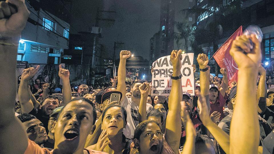 Simpatizantes de Lula se manifiestan frente al sindicato metalúrgico en São Bernardo, estado San Pablo, la ciudad donde vive el ex presidente.