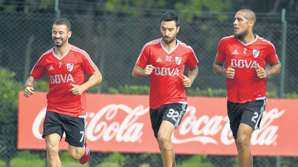 Mora trota junto a Scocco y Maidana. El uruguayo conformará la dupla de ataque con Pratto.