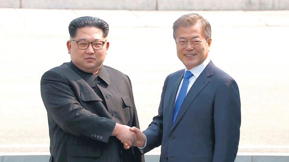 Histórico saludo entre el líder norcoreano Kim Jong-un y el presidente de Corea del sur, Moon Jae-in.