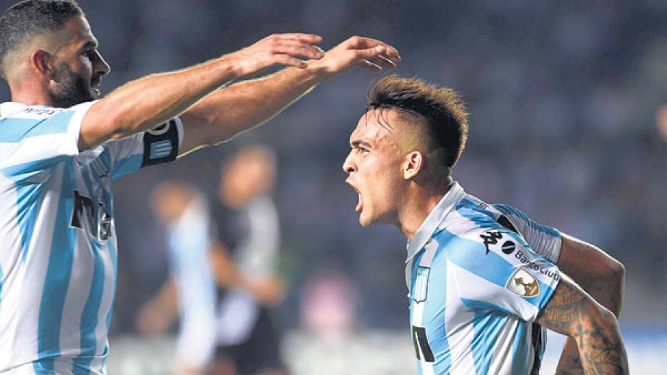 Lisandro López le rinde honores a Lautaro Martínez, quien marcó el segundo gol de Racing.