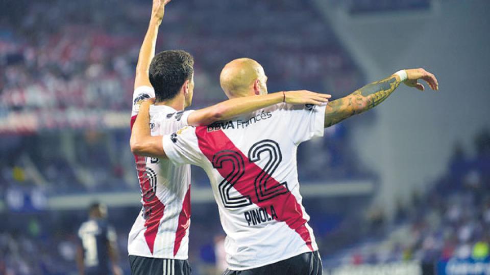 Pinola y Nacho Fernández festejan el 1-0, a los 43 de la primera parte.
