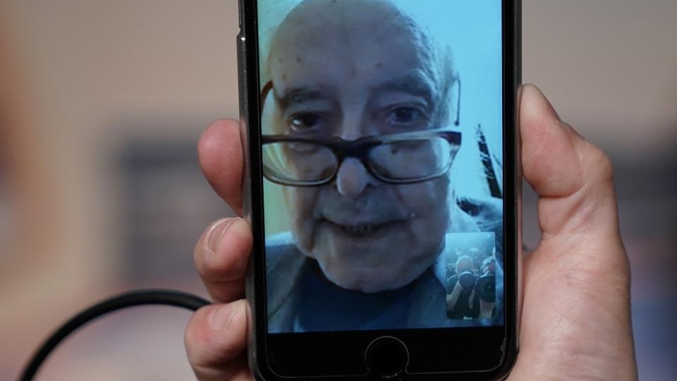 Godard se presentó en conferencia de prensa desde su casa, via FaceTime, a través de un teléfono celular.