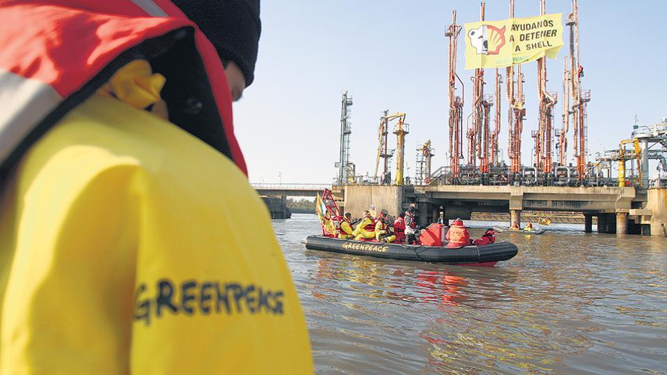 Greenpeace en una protesta contra la petrolera Shell.
