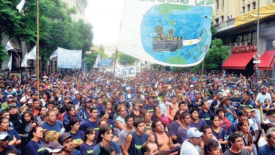 Una protesta de los recuperadores urbanos contra la ley que habilitó el regreso de la quema de basura en la ciudad.