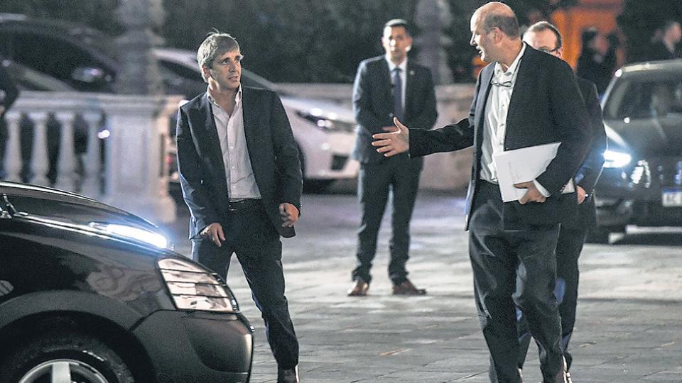 El ministro de Finanzas, Luis Caputo, y el presidente del Banco Central, Federico Sturzenegger, en otro día intenso en los mercados financieros.