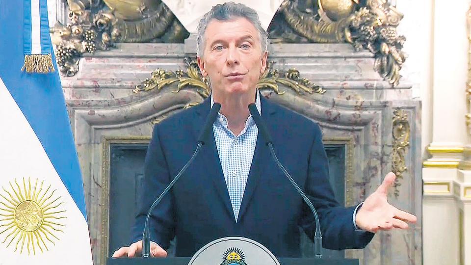 Mauricio Macri, solo en la tarima, leyó un discurso por cadena de apenas 160 segundos, para declarar la vuelta al Fondo Monetario.