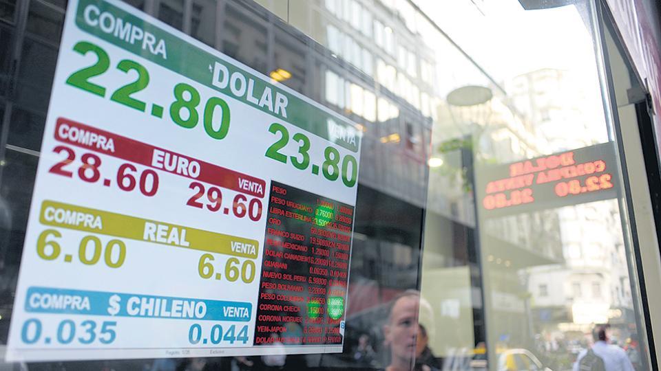 La cotización oficial cerró a 23,79 pesos, pero en el momento más crítico de la jornada se marcó hasta 25 pesos.