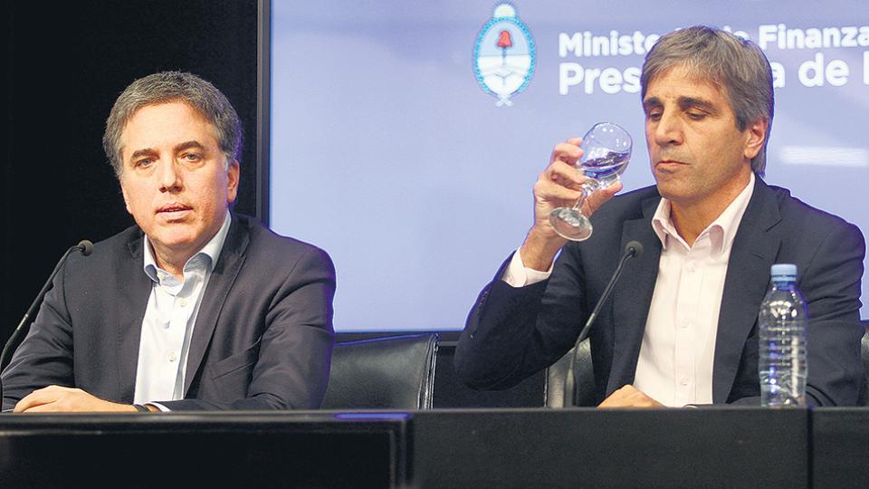 Los ministros Nicolás Dujovne y Luis Caputo anunciaron otra megaemisión de deuda en pesos.
