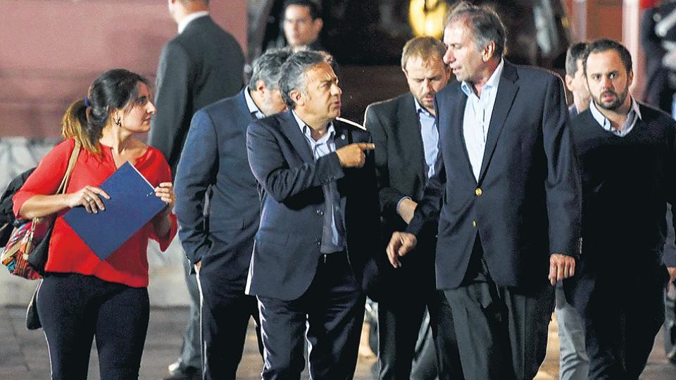 El gobernador de Mendoza y presidente de la UCR, Alfredo Cornejo, hizo de vocero de la reunión de Cambiemos.