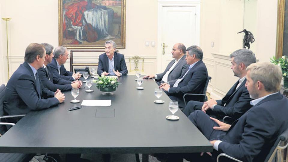 Mauricio Macri consiguió sentar a la mesa a cinco gobernadores peronistas junto a Marcos Peña y Rogelio Frigerio.