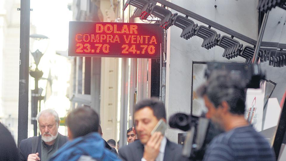 El dólar cerró a 24,63 pesos en las casas de cambio. El BCRA liquidó reservas por 791 millones de dólares.