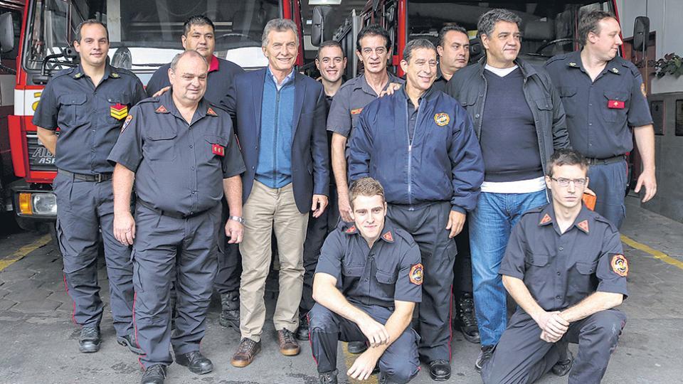 El presidente Mauricio Macri eligió para el 1ºde mayo fotografiarse con los bomberos voluntarios de Vicente López.