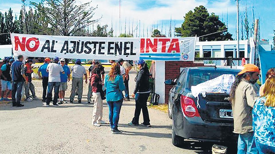 Los trabajadores del INTA denuncian despidos y vaciamiento.