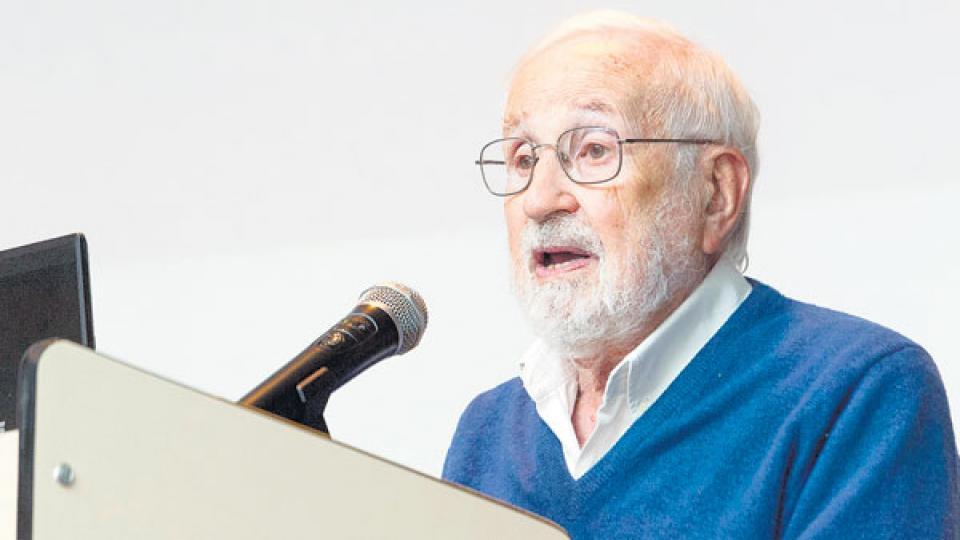 El escritor Noé Jitrik, en el acto de homenaje a Otilia Vainstok en el Instituto Leloir.
