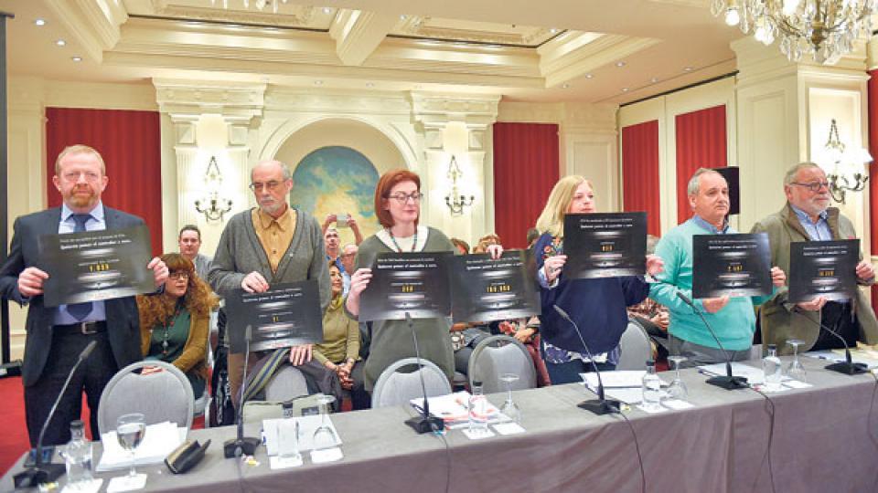Familiares de víctimas de atentados de ETA ayer durante una conferencia de prensa en San Sebastián.