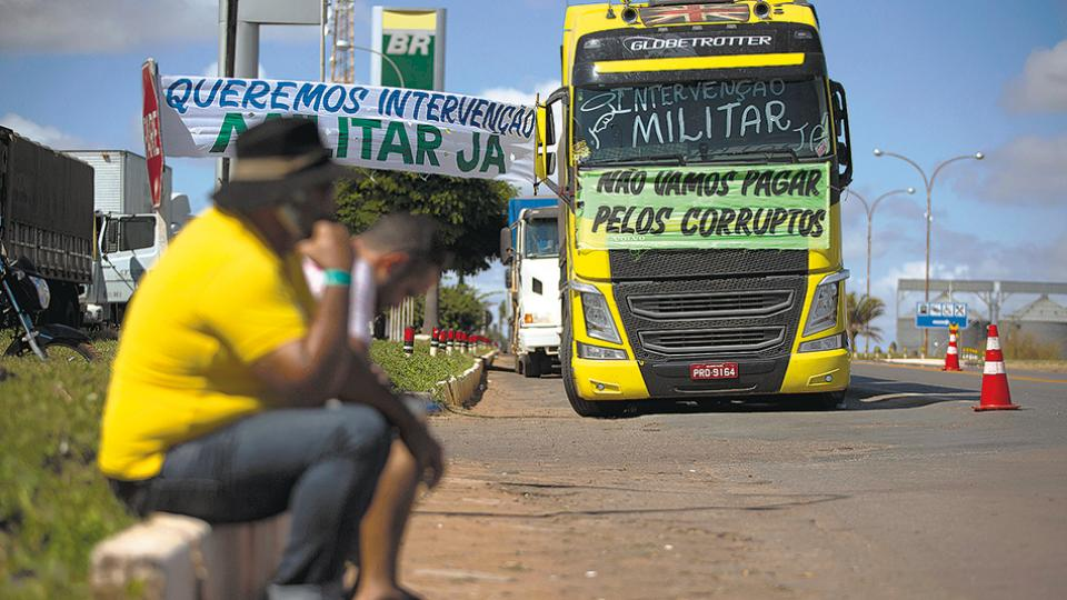 En la protesta de los camioneros se ven carteles que piden la intervención de los militares.