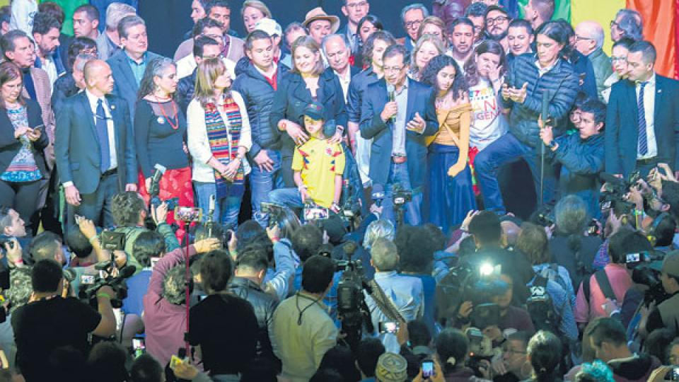 Gustavo Petro y su compañera de fórmula Angela Robledo celebraron anoche en el Down Town Majestic, en Bogotá.
