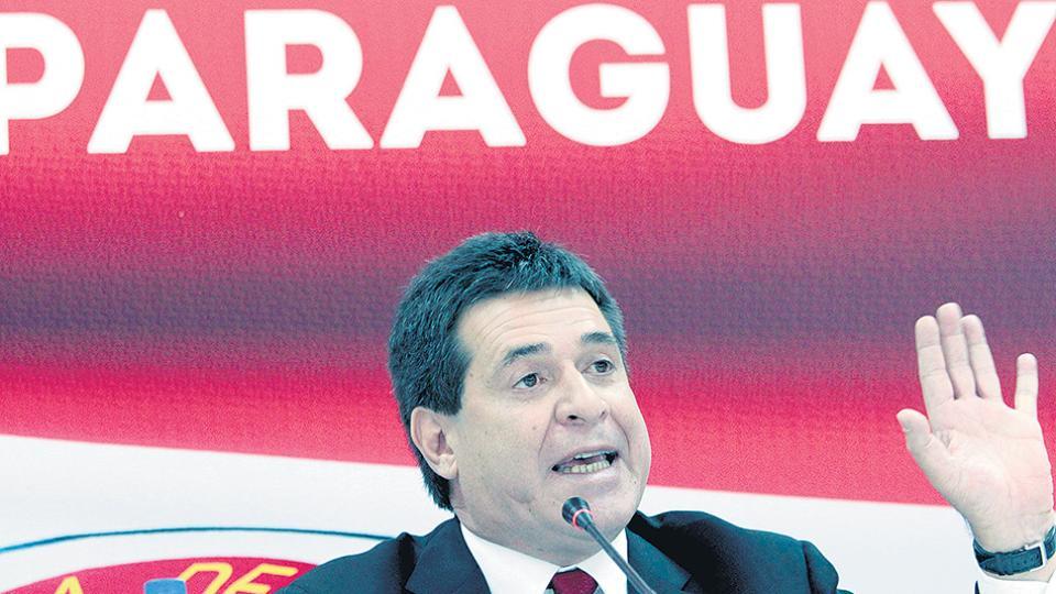 Cartes presentó su renuncia para asumir como senador; necesita de la aprobación del Congreso.