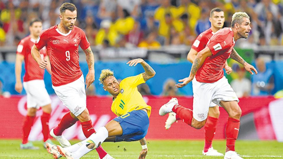 Neymar sufrió la presión de los suizos, que le cometieron diez faltas.