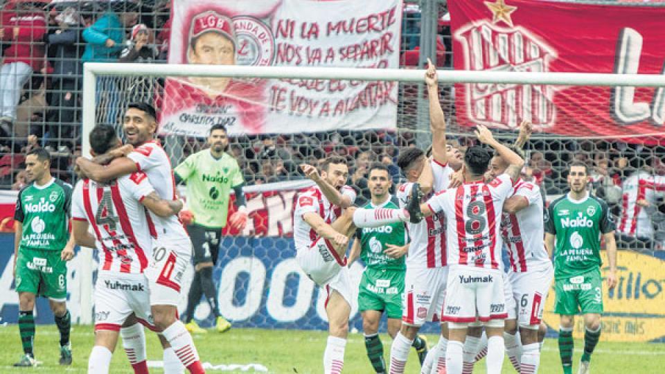 Tras el pitazo final de Facundo Tello se desató la fiesta de los hinchas en las tribunas y de los futbolistas en el campo de juego.