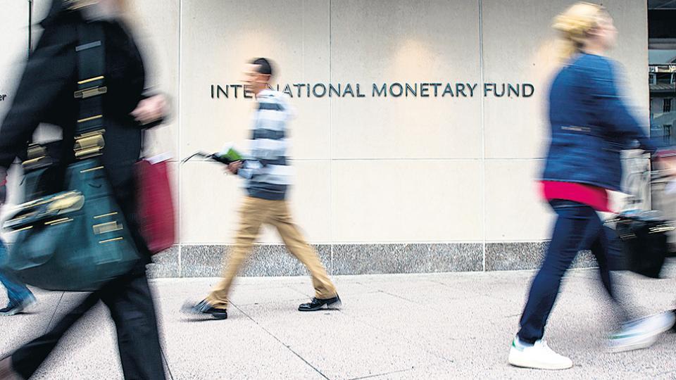 """Una de las """"sugerencias"""" del FMI es aumentar la edad jubilatoria de las mujeres a 65 años."""