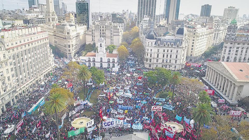 La multitud se apiñó en la Plaza de Mayo recién renovada, pero también en las diagonales y en Avenida de Mayo.