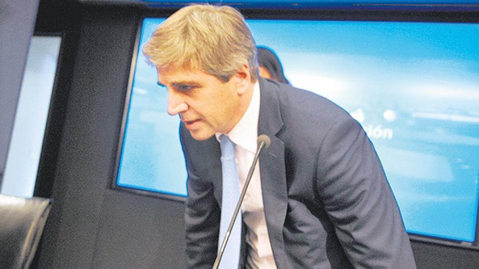 El flamante titular del Banco Central, Luis Caputo, intentará frenar la corrida cambiaria.