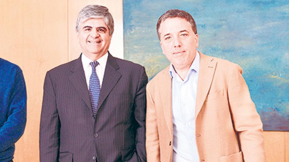 Nicolás Dujovne, ministro de Hacienda, junto al titular de YPF, Miguel Gutiérrez.