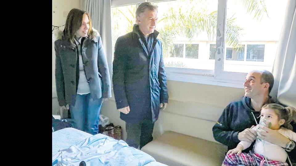 El Presidente hizo una recorrida por un hospital de Tandil que lleva el nombre de su abuelo, Debilio Blanco Villegas.