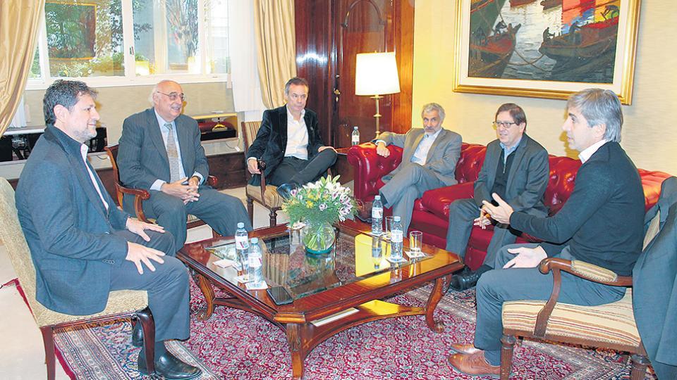 Presidente y vice del BCRA, Luis Caputo y Gustavo Cañonero, con Levy Yeyati, Broda, Artana y Kiguel.