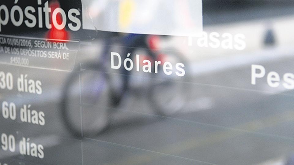 La tranquilidad que generó el recambio en la titularidad del Banco Central no duró ni una semana en el mercado de divisas.