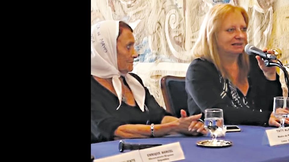 Taty Almeida junto a la periodista Miriam Lewin en la presentación.