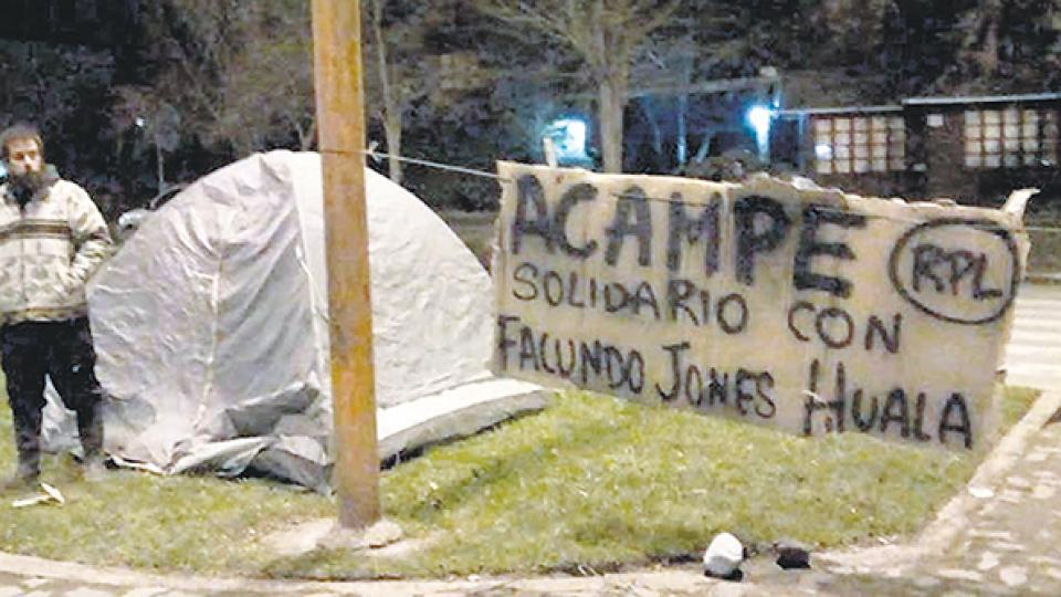 El acampe solidario con Facundo Jones Huala se mantiene firme.