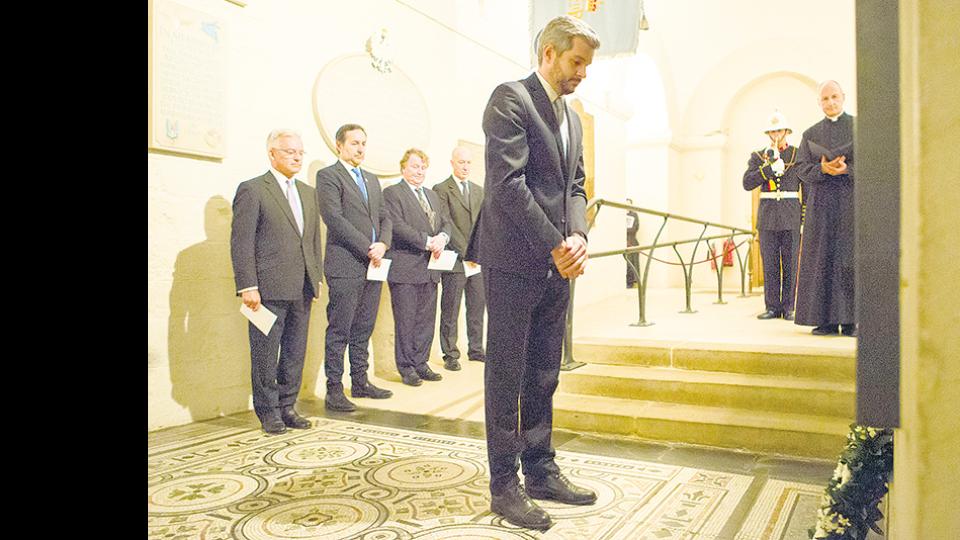 El jefe de Gabinete, Marcos Peña, rindió homenaje a los soldados británicos caídos en la guerra de Malvinas.