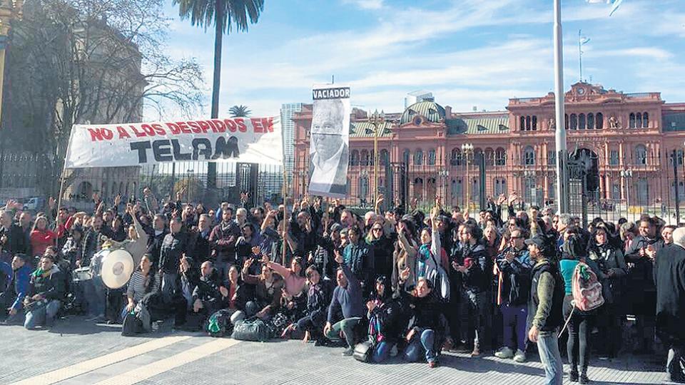 Luego de conocida la noticia, los trabajadores de la Agencia Télam protestaron en la Plaza de Mayo.