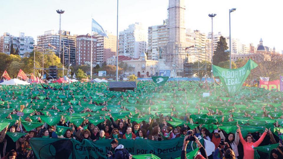 Poblado de verde, el Monumento a la Bandera tuvo su cierre del acto con un pañuelazo.