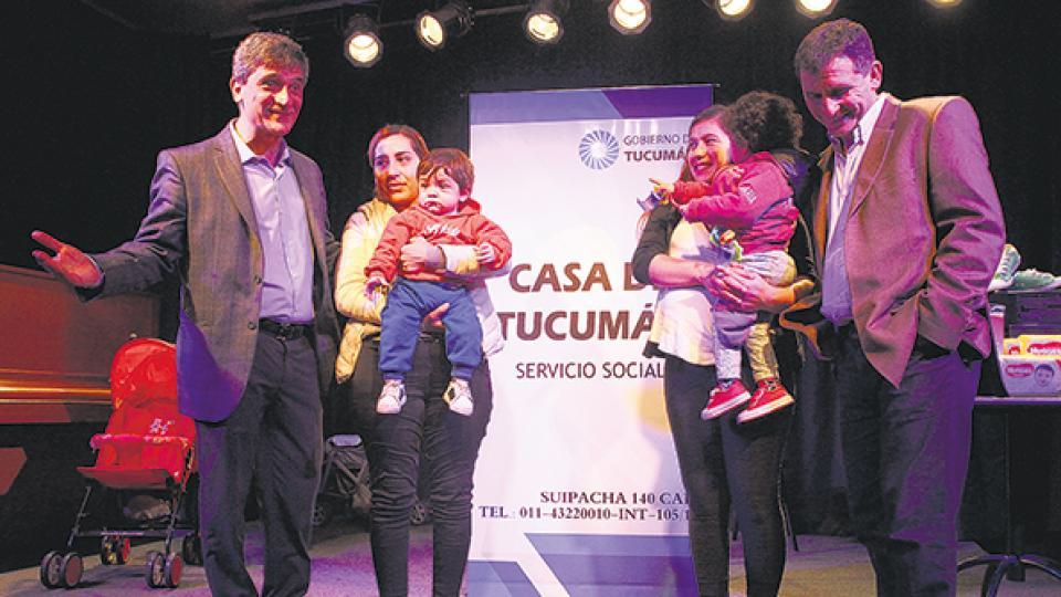 Pablo Yedlin, Lucía con Lisandro, Alejandra con Agustín y Gabriel Yedlin en la Casa de Tucumán.