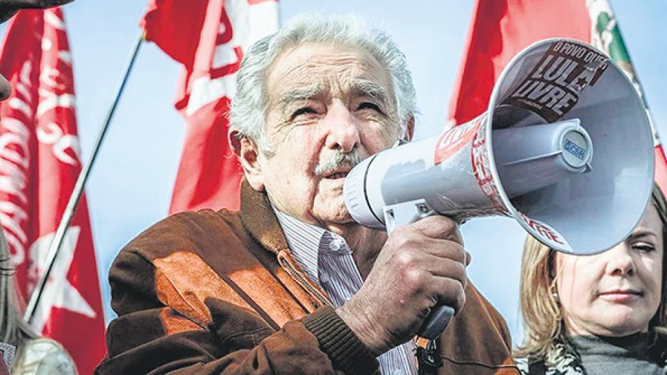 Mujica visitó a Lula en Curitiba. En marzo se habían reunido en la frontera brasileño-uruguaya.