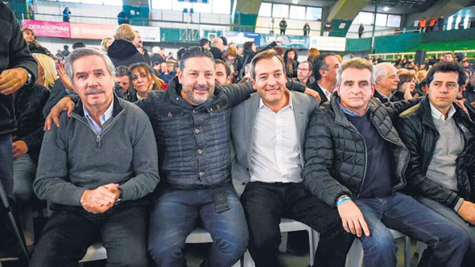 Felipe Solá, Gustavo Menéndez, Martín Soria, Agustín Rossi y Wado De Pedro, en el congreso del PJ en Ferro.
