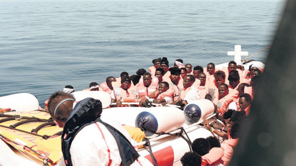 Aquarius es el nombre del barco de Médicos sin Fronteras y SOS Mediterráneo, que salvó a cientos de migrantes.