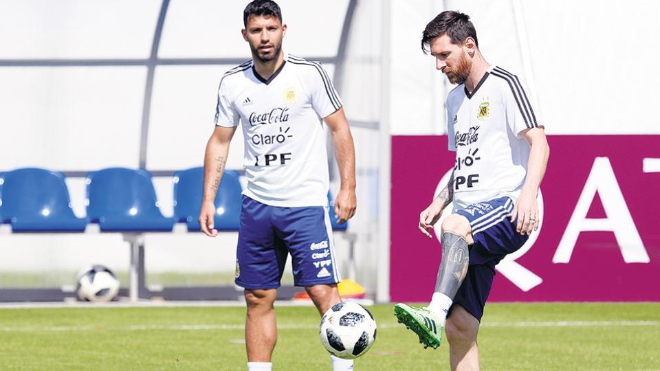 Lionel Messi y el Kun Agüero, con la pelota, durante la práctica de la Selección en San Petersburgo.