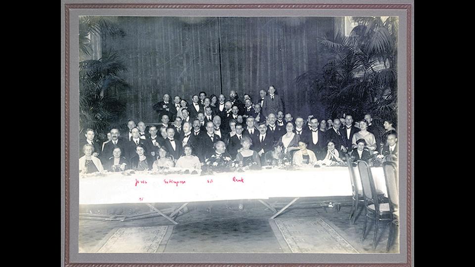 """Foto grupal de los participantes al Congreso Internacional de La Haya, donde Hermine von Hug-Hellmuth presentó su paper """"Sobre la técnica de análisis con niños"""""""